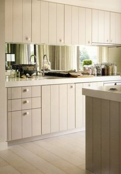Kelly Hoppen - knobs on drawers