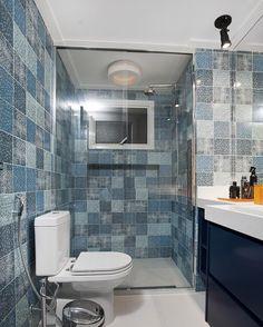 Banheiro com ladrilho hidráulico jeans da Pavão Revestimentos por @shirleiproenca #bathroom #tiles #homedecor #interiordesign #decoração