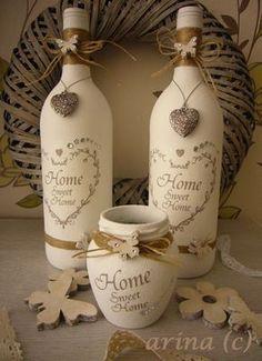 een paar wijn flessen en een honing potje bewerkt met gesso, en vervolgens beplakt met servetten