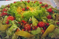 knackig frisch und würzig lecker: Diese Salatplatte ist ein Hingucker
