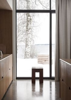 An hour north of Oslo, located on a majestic hill side facing the Norwegian woods and Mjøsa lake, lies the Gjøvik house; a modern and minimal cluster house created by Norm Architects. Parquet Chevrons, Cluster House, Hillside House, Turbulence Deco, Norwegian Wood, Interior Minimalista, Hygge Home, Minimal Home, Concrete Floors