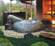 Gora Kadan , Hakone , no Japão Sit back, relax, and take in the view...  no terraço do quarto nº 702 neste Relais & Châteaux, a cerca de uma hora de Kyoto . Projetado pelo arquiteto Ikuo Ogitsu ,o banho ao ar livre situado entre cerejeiras, camélias, e um jardim de musgo. Outra razão indulgente para ficar aqui : o café da manhã no seu quarto...