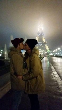 "gay kiss in Paris at the Eiffel Tower - lovehouse: ""❤♂ Just Gay Couples ♂❤ ♂Lovehouse♂ """