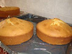 Esta receta de bizcocho es la que se suele utilizar para hacer tartas fondant cuando hay que tornear; porque es un bizcocho bastante...