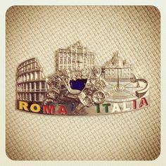 イタリアはローマのマグネット。ちょっと違うテイストの物が欲しくって、こんなメタリックなマグネットに走ってしまった。ちょっと魔が差したって感じなんだけど、もっとパスタのとかベッタベタな観光地マグネットを買えば良かったなと少し後悔しています。