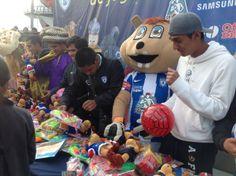 Un día grandioso, debido a que tuve la grata experiencia de colaborar con los jugadores del equipo de futbol de mis amores, el club Pachuca, en la entrega de juguetes del día de reyes. Yo soy la botarga!!!