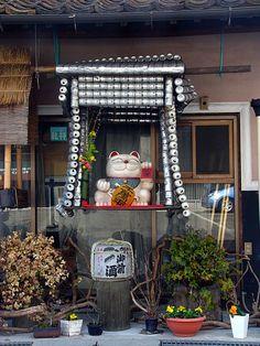 ビールの鳥居と招き猫(岡山県真庭市勝山) Source:TZNEX's fotolife