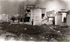 Mersin Eski SSK Hastanesi'nin yanı (doğu tarafı) Cemalpaşa Caddesi tarafından çekim. Yıl. 1976  Öndeki boş alan hastanenin sağ tarafında kalan eczanelerin bulunduğu bölge.