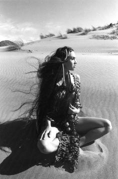 Ferdinando Scianna SPAGNA, Andalusia, Duna di Monsul: ragazza sulla sabbia. 1994