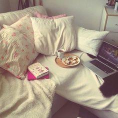 Pentru mine lenea inseamna ca vin acasa (la camin), ma arunc in pat, deschid laptopul si ca prin minune incepe un episod dintr-un serial.