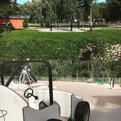 """Huonomuistisen äidin ja kahden leikkipuistoja rakastavan lapsen muistilista leikkipuistoista osa 2 #leikkipuistoturisti #ojahaka  Osoite: Hakamaankuja 4 Vantaa (Myyrmäki)  Kokonaan aidattu leikkipuisto kaupunkialueella hiekkakentällä. Useita leikkitelineitä pienellä tasaisella alueella.  Suosikki: Leikkipuiston ulkopuolella virtaava pieni joki.  Kommentti 5-v: """"Tää puisto on ihan harmaa""""  #leikkipuistot #playground #leikkipuisto #lastenkanssa #leikit  #hiekkalaatikolla #puistossa #park…"""