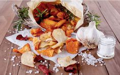 Gemüsechips selber machen: die gesunde Snack-Alternative Vegetable chips are the perfect snack alternative. We reveal how you can make healthy nibbles yourself ELLE. Beet Chips, Veggie Chips, Yummy Snacks, Healthy Snacks, Yummy Food, Healthy Chips, Barbecue Chips, Vegetable Crisps, Potato Vegetable