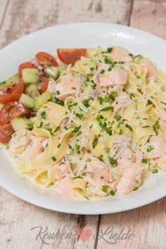 Tagliatelle met zalm en romige witte-wijnsaus Salmon Recipes, Pasta Recipes, Cooking Recipes, Healthy Recipes, Tapas, Fish Dishes, Eating Plans, No Cook Meals, Italian Recipes