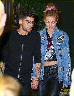 Gigi Hadid & Zayn Malik Jet Out of New York After Fashon Week!: Photo Gigi Hadid and Zayn Malik rock similar outfits while arriving at John F. Kennedy Airport on Thursday night (September in New York City. The model… Gigi Hadid Und Zayn, Gigi Hadid And Zayn Malik, Sports Illustrated, Celebrity Couples, Celebrity Style, Zayn Malik Photos, Hollywood Red Carpet, Jessica Parker, Gigi Hadid Style
