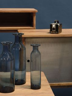 Vase bouteille en verre bleu ouverture corolle Jardin d'Ulysse