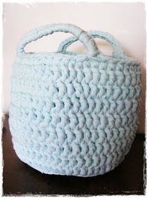 Na začátku bylo prostěradlo...       Obyčejné napínací hladké žerzejové prostěradlo... a protože dobře sloužilo, bylo často používáno... a j... Merino Wool Blanket, Straw Bag, Bags, Crocheting, Handbags, Bag, Totes, Hand Bags