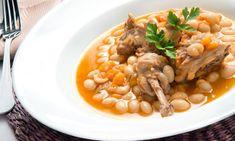 Karlos Arguiñano elabora una receta de pochas o alubias blancas acompañadas de conejo, un plato muy completo.