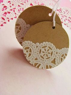 Add paper doilies to kraft paper circles for gift tags Doilies Crafts, Paper Doilies, Paper Lace, Diy Gifts, Handmade Gifts, Diy Gift Tags, Navidad Diy, 242, Christmas Gift Wrapping