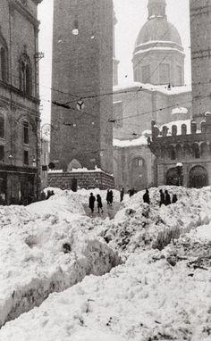 """Che nevicata!  (foto tratta da """"Bologna e  le festività di Natale 1950-2010"""" La Repubblica Bologna)"""
