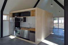 Caja de madera que contiene los núcleos húmedos y de almacenaje de la vivienda