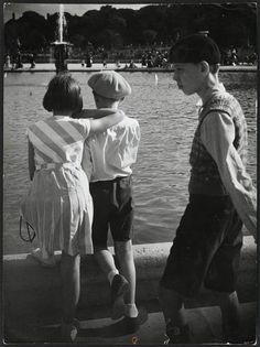 Enfants devant le bassin du jardin du Luxembourg, Paris, 1930. Brassaï