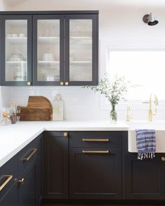 Modern Kitchen Design Chic two tone black and white kitchen is fitted with striking black shaker cabinets adorned with brushed brass pulls and a white quartz countertop. Kitchen Cabinets Color Combination, Two Tone Kitchen Cabinets, Kitchen Cabinet Colors, Kitchen Decor, Shaker Cabinets, Dark Cabinets, Kitchen Ideas, Kitchen Styling, Glass Kitchen Cabinet Doors