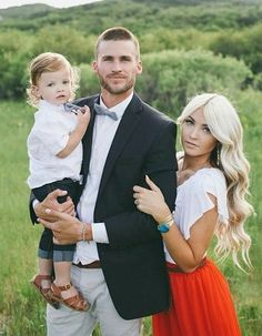 Family Photo Inspiration - Family Photography / Photo Session Ideas / Family Photoshoot Source by raisingbliss Look style Family Shoot, Family Picture Poses, Family Picture Outfits, Fall Family Photos, Family Photo Sessions, Family Posing, Family Portraits, Family Pics, Family Goals