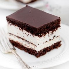 Kinder pingui cake // chocolate cake with vanilla cream and chocolate icing Fall Desserts, Cookie Desserts, Sweet Desserts, Delicious Desserts, Cake Recipes, Snack Recipes, Dessert Recipes, Food Cakes, Candy Cakes