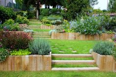 Créez votre jardin en pente à l'aide de nos idées en photos et profitez d'une belle verdure grâce à constructions originales.
