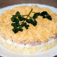 Слоеный салат с печенью трески, твердым сыром и картошкой