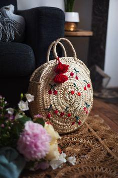 Handmade Bags, Handmade Crafts, Diy And Crafts, Granny Square Crochet Pattern, Crochet Motif, Crochet Bag Tutorials, Contemporary Embroidery, Diy Handbag, Boho Bags