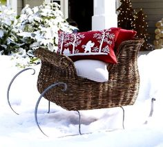 I love this sleigh! Christmas 4U via Tumbler.