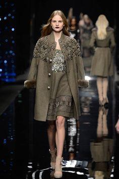 Milano Moda Donna AI 2015/2016: la sfilata di Scervino | Cappotto con inserti in pelliccia e decorazioni | Foto