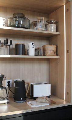 #coffeestation #aamiaiskaappi #keittiö #blackkitchens #kitchenideas Coffee Area, White Kitchen Decor, Floating Shelves, Black And White, Ideas, Home Decor, Style, Swag, Decoration Home