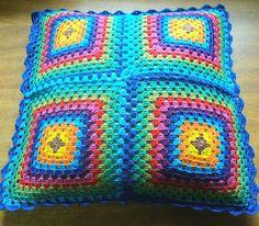 Capa de almofada frente e verso de crochê, produzida com linha 100% algodão. Fechamento com botões.  N  Ã  O    possui recheio em fibra siliconada. R$ 63,90