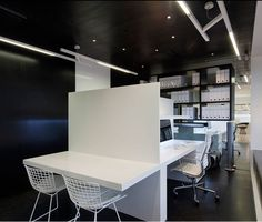 The objective was to forge a link between a sophisticated commercial interior space and a warm residential environment within the office