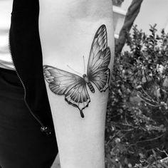 Tatuagem feita por Tiago Dhone de Curitiba. Borboleta em blackwork no antebraço.