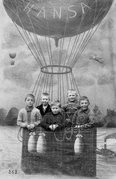 Bitte lächeln kartique/Timeline Images #1900s #Kinder #Jungen #Kindheit #Nostalgie #Fesselballon #Fotostudio