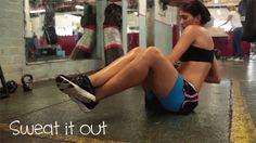 Russian Twists. Puedes sostener una pelota o una pesa. Cruza los pies, mantén la postura y gira no tan rápido para que sientas como tus músculos se ejercitan.