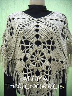 Poncho ~ I'm personally not crazy about the fringe but I really like that big granny square! Poncho Crochet, Crochet Bolero, Crochet Patron, Crochet Shawls And Wraps, Crochet Jacket, Crochet Scarves, Crochet Motif, Knit Or Crochet, Crochet Clothes