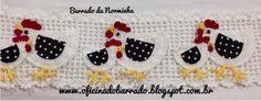 Galinhas diferenciadas em Croche, com apliques em tecido...          Com um tecido de bolinhas, recorto os detalhes para as asas; passo T...