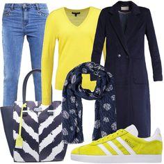 Abbiniamo questo cappotto in stile minimal, blu, lungo ad un abbigliamento sportivo. Jeans a gamba stretta, con borchiette sulle tasche, sneakers basse, color giallo limone e bianco, maglione con scollo a V, color giallo, borsa a mano in finta pelle bianca, blu e gialla e sciarpa blu scura a fantasia.