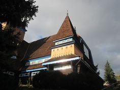 1698-ban e helyen már egy fatemplom állt, amit többször át-, illetve újraépítettek, majd 1938-ban lebontottak és Szeghalmi Bálint városi főmérnök tervei szerint, székely stílusú fatemplomot építettek fel. A templom 1997. december 4-én gyújtogatás áldozatává vált. Az eredeti tervek szerint, közadakozásból újra felépített templomot 1999. május 2-án szentelték fel. 2000. október 29-én a templom közelében temették el a tervező Szeghalmy Bálint és felesége Németországból hazahozott hamvait…