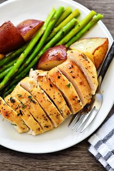 Looking for a delicious and healthy dinner? Try One Pan Honey Garlic Chicken & Veggies! Veggie Recipes, Chicken Recipes, Dinner Recipes, Chicken Meals, Healthy Cooking, Healthy Eating, Best Roast Beef, For Elise, Good Roasts