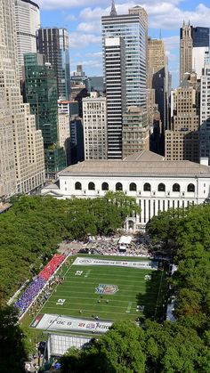 2011: Bryant Park hosted NFL & EA SPORTS™ filming of the Madden NFL 12 Pigskin Pro-Am.  This star-studded flag football game featured NFL alumni and celebrities and aired on NBC.