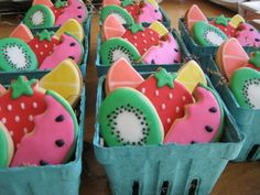 Summer fruit basket cookies in strawberry cartons. Such a cute idea for Spring/Summer! Galletas Cookies, Iced Cookies, Cute Cookies, Royal Icing Cookies, Cookies Et Biscuits, Cupcake Cookies, Fruit Biscuits, Cookie Favors, Cookies Kids