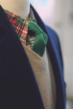 The dark green knit tie compliments the shirt and provides a bit of pop Christmas Party Outfits, Holiday Party Outfit, Sharp Dressed Man, Well Dressed Men, Holiday Fashion, Green Tie, Red Green, Green Shirt, Cool Style