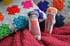 Set 2 mini dolls: Frida + Bowie  Fabric: 100% cotton, water-based inks. Size: 2x6inch / 6x15cm  *How to take care of your Mandarinas dolls: -You