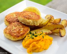 Hjemmelagde fiskekaker - Bedre, billigere og nydelig smak | Gladkokken Fish And Seafood, Salmon Burgers, Fish Recipes, Food To Make, Potato, Food And Drink, Chicken, Dinner, Breakfast