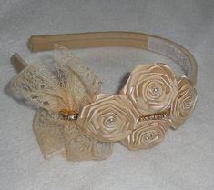arco encapado c/ tecido 100% algodão bege, rosinhas de fita de cetim, laço de…